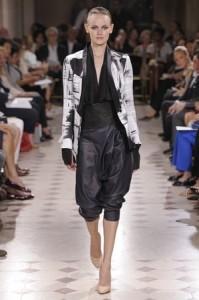Black and white hand-made tashite print silk rider jacket with a « drops » print and a black silk lining – Black lambskin sarouel pants – Black chiffon and lambskin bustier.