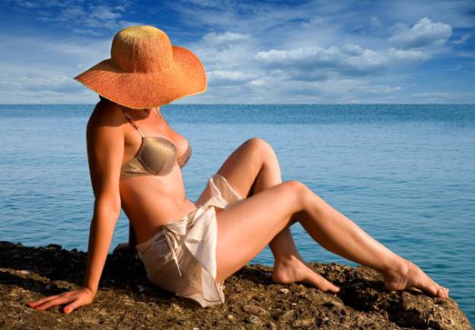 Woman-hat-on-beach